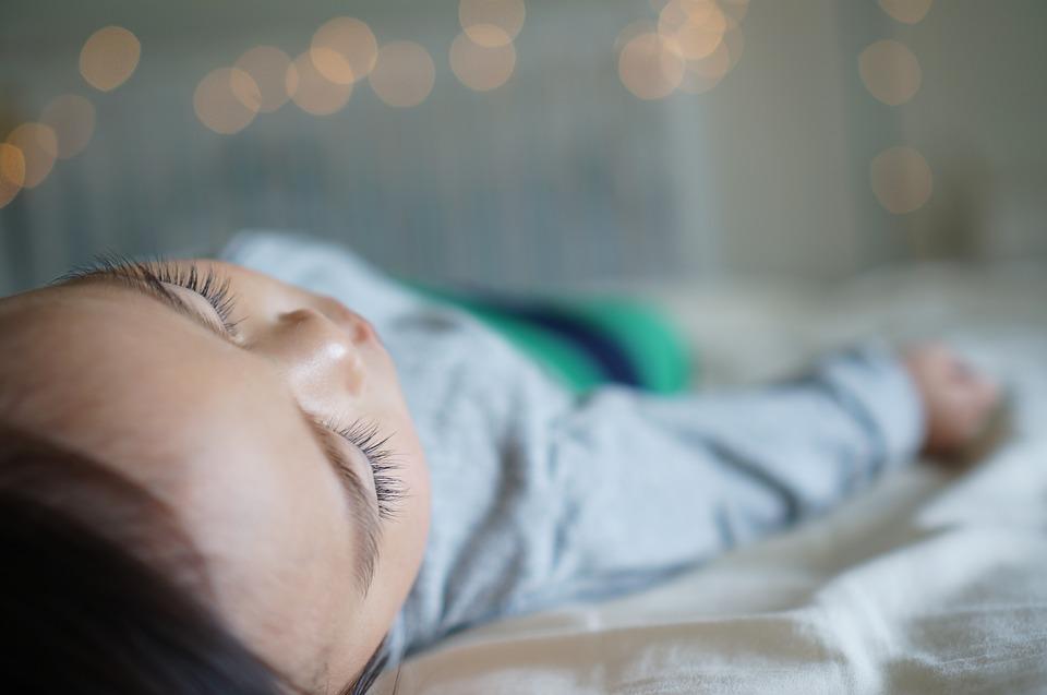 de ce nu dorm bebelusii toata noaptea