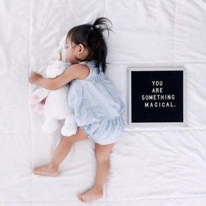 11 luni bebe dormind